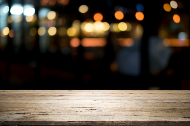 Plate-forme de table en bois vide et bokeh la nuit