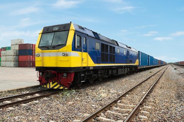 Plate-forme de train de marchandises avec conteneur de train de marchandises au dépôt utilisé pour l'importation, l'exportation et la logistique