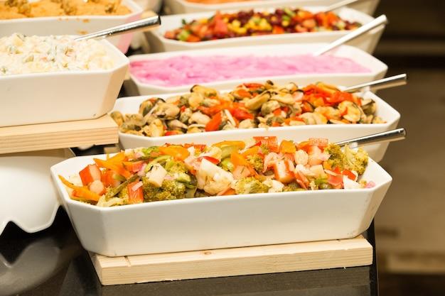Plateau d'aliments assortis pour buffet de salades