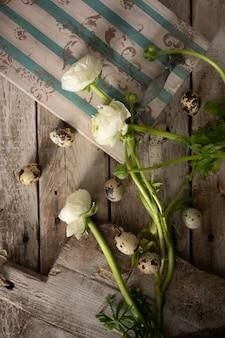 Plateau antique avec des fleurs blanches et des oeufs