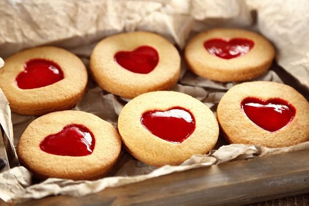 Plateau avec des biscuits d'amour, gros plan