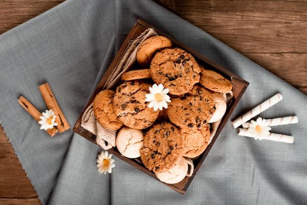 Plateau à biscuits sur une nappe bleue