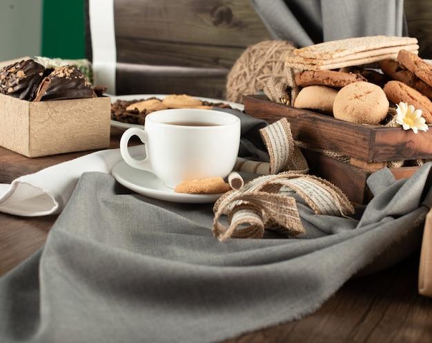 Un plateau de biscuits et une tasse de thé.