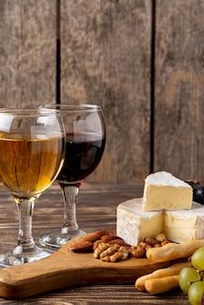 Plateau en bois avec assortiments de fromages pour dégustation de vins