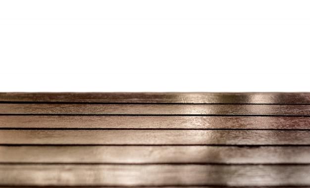 Plateau en bois brun brillant sur fond blanc