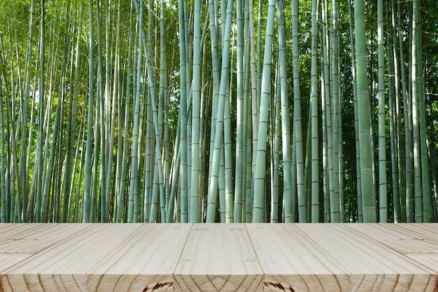 Plateau en bois à côté d'une forêt de bambous