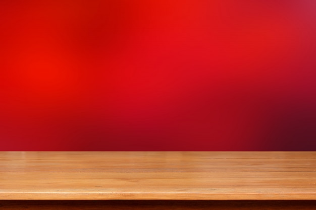 Plateau en bois sur fond abstrait rouge foncé