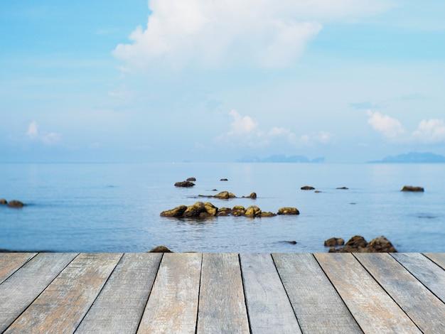 Plateau en bois sur la plage d'été et ciel bleu