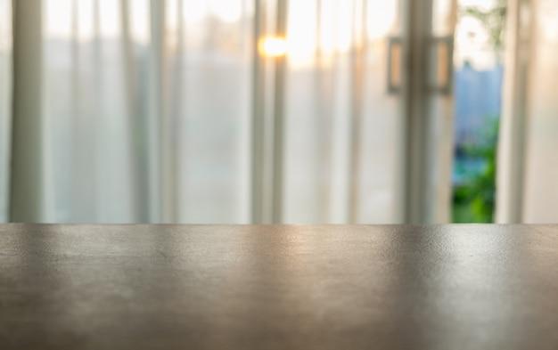 Plateau en bois sur un rideau doux et flou