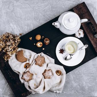 Plateau en bois avec une tasse de thé et des biscuits