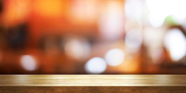 Plateau en bois vide avec flou café-restaurant ou fond intérieur de restaurant