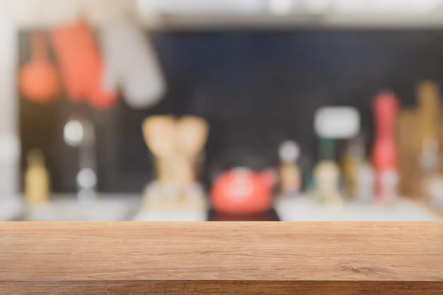 Plateau en bois vide et fond intérieur de cuisine floue avec filtre vintage