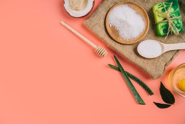 Plateau en bois vue du dessus avec produits cosmétiques pour le corps