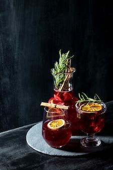 Plateau avec boissons aux fruits