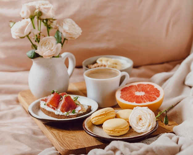 Plateau avec café du matin et sandwich au lit