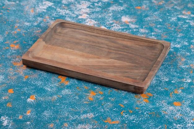 Plateau carré rustique en bois sculpté dans un chêne