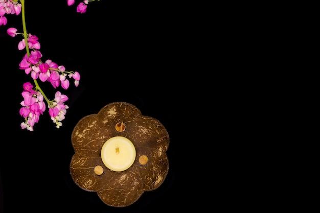 Plateau en coquille de noix de coco et une bougie