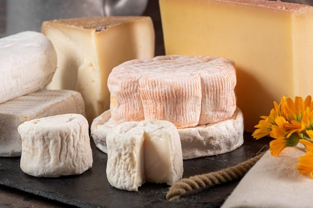 Plateau avec différents fromages français