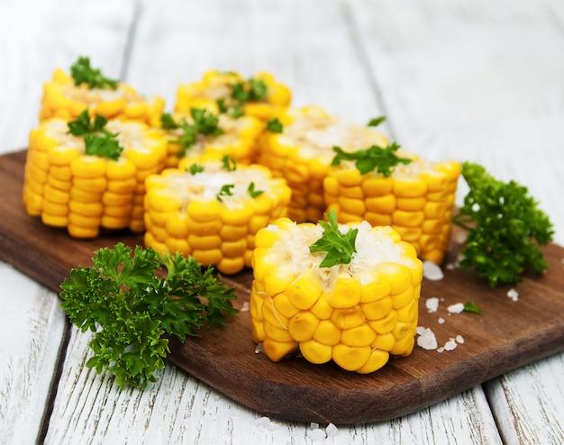 Plateau avec épi de maïs bouilli