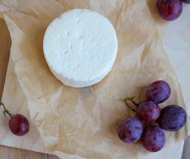 Plateau de fromage cru sur fond rustique, vue de dessus