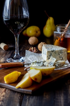 Plateau de fromages au fromage bleu et poire. collation de vin. cuisine italienne. la nourriture végétarienne. alimentation équilibrée.