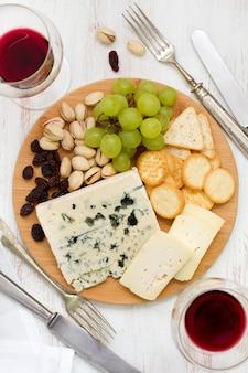 Plateau de fromages avec du vin
