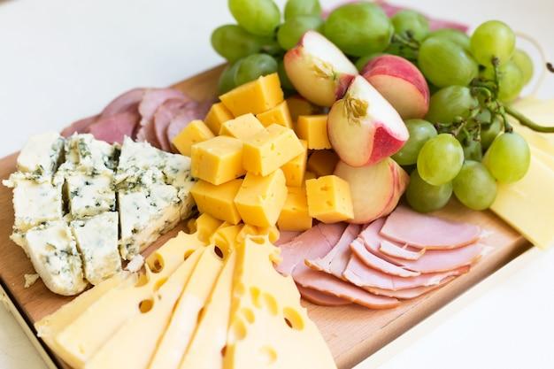 Plateau de fromages avec fruits et viande