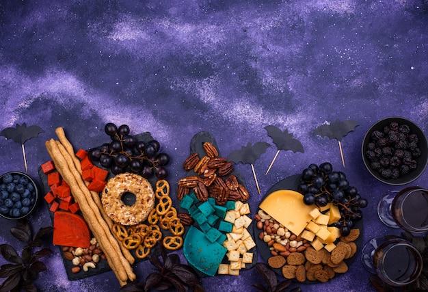 Plateau de fromages d'halloween avec du fromage bleu et rouge