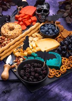 Plateau de fromages d'halloween avec fromage bleu et rouge