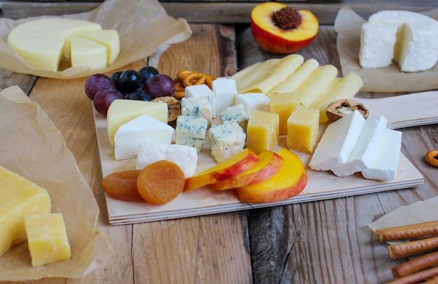 Plateau de fromages rustiques avec différents fromages et raisins