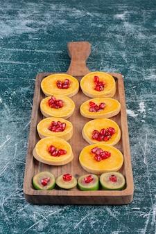 Plateau de fruits avec des fruits de saison hachés et tranchés.