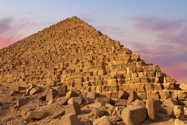 Le plateau de gizeh dans le désert du sahara. grandes pyramides du caire