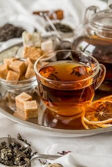 Plateau haut angle avec thé