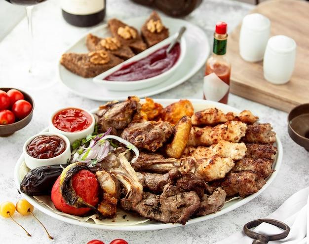 Plateau de kebab azerbaïdjanais avec brochettes de légumes au poulet et à l'agneau