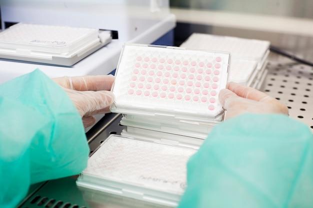 Plateau de manipulation scientifique dans un laboratoire