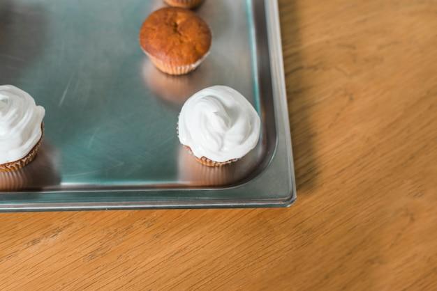 Plateau en métal avec muffins délicieux