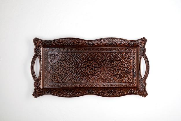 Plateau en métal avec un ornement oriental sur fond clair espace copie vue de dessus