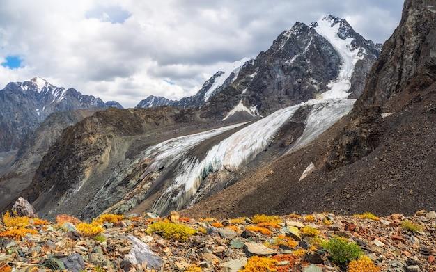 Plateau de montagne d'automne surplombant le glacier. fond naturel du mur de glace et du glacier. belle texture naturelle d'un mur de glacier sombre.