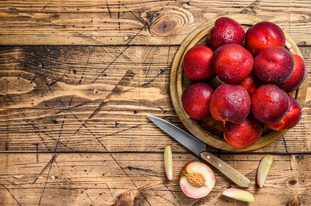 Plateau de nectarines rouges fraîches