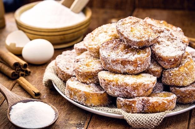Plateau à pain avec cannelle et sucre frit, dessert typiquement brésilien appelé rabanada