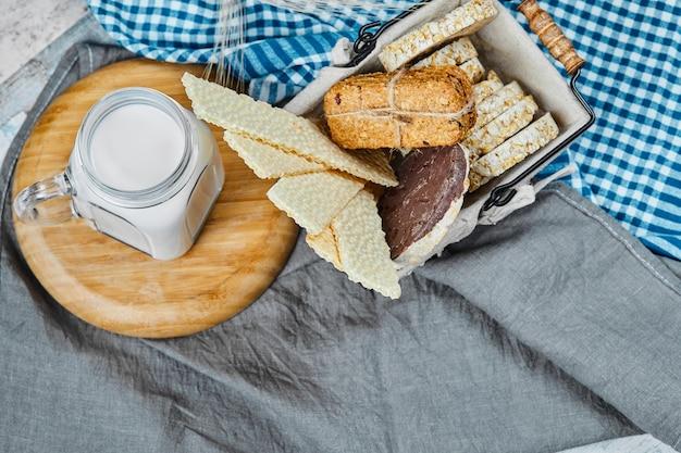 Plateau de pâtisserie avec un pot de lait de côté.
