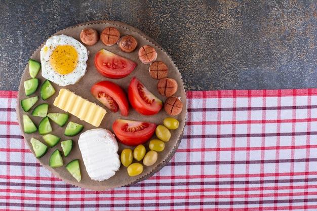 Plateau de petit-déjeuner en bois avec des ingrédients mélangés