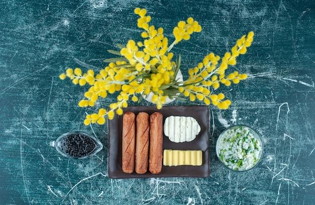 Plateau de petit déjeuner avec caviar, risotto et saucisses. photo de haute qualité