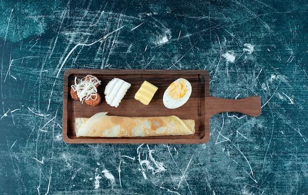 Plateau de petit-déjeuner avec crêpes et ingrédients d'accompagnement. photo de haute qualité