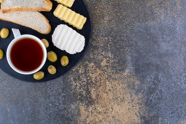 Plateau de petit déjeuner avec du pain et des aliments mélangés