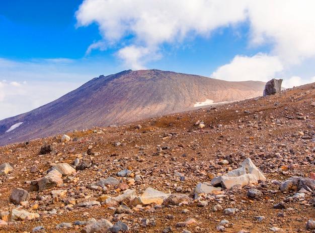 Plateau de pierre sur le volcan gorely au kamchatka