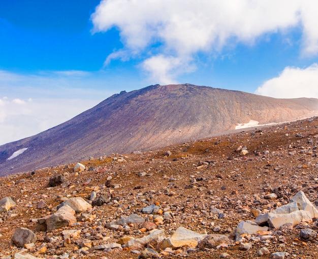Plateau de pierre sur le volcan gorely au kamtchatka