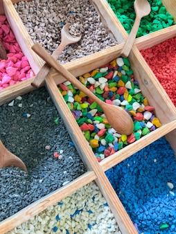 Plateau de pierres fines colorées pour créer un beau pot de fleurs.