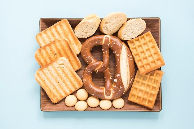 Plateau avec des produits de pâtisserie