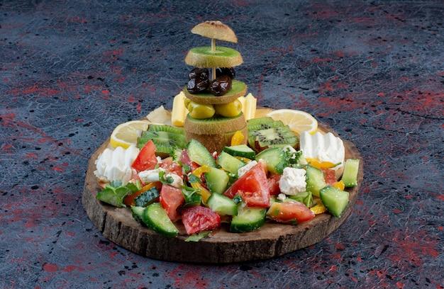 Plateau de salades avec une variété d'ingrédients.